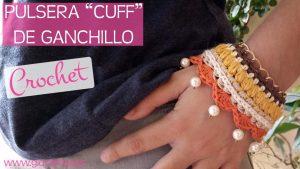 """Pulsera """"cuff"""" de crochet con cadena y abalorios"""